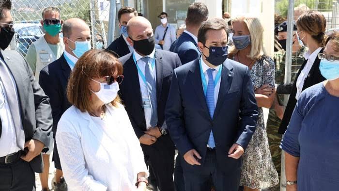 Επίσκεψη της ΠτΔ, Κατερίνας Σακελλαροπούλου, συνοδεία του Υπουργού Μετανάστευσης και Ασύλου, Νότη Μηταράκη, στη νέα υγειονομική μονάδα του ΚΥΤ της Μόριας και σε δομές φιλοξενίας της Λέσβου