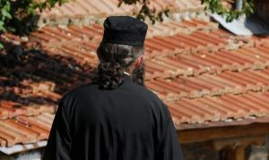 Ιερέας άνοιξε το ναό και κοινωνούσε πιστούς