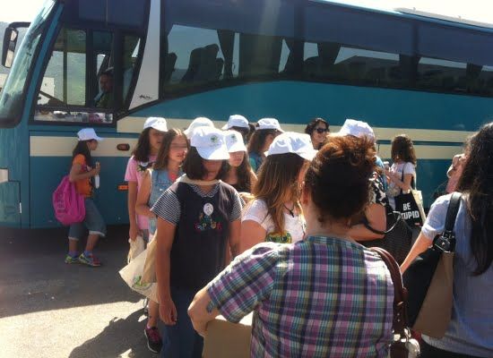 Μέτρα προστασίας κατά τη μετακίνηση μαθητών. Με δύο επιβάτες θα κινούνται πλέον τα ταξί και άλλα οχήματα
