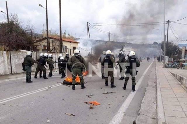 Επεισόδια στη Μόρια: Φωτιές άναψαν οι διαδηλωτές - Ρίψη χημικών από την αστυνομία. Μηταράκης: Ερευνάται το ενδεχόμενο υποκίνησης