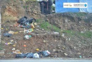 Τα ίδια Παντελάκη μου… τα ίδια Παντελή μου… Ζουν και βασιλεύουν τα σκουπίδια, έξω από το ΚΥΤ Σάμου!!!