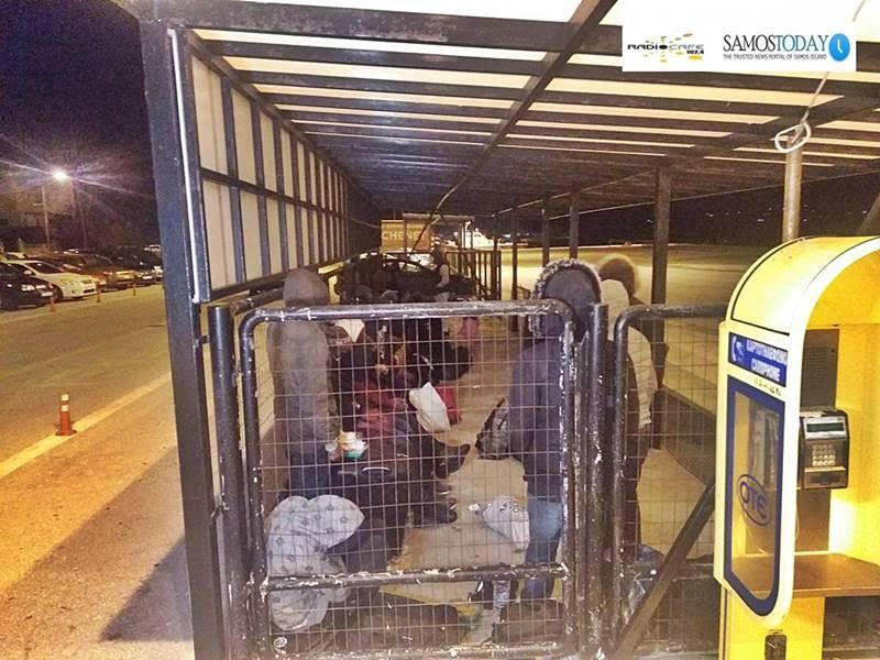 55 περίπου μετανάστες «κρατούνται» στο λιμάνι Μαλαγαρίου