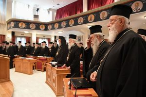Η Ιερά Σύνοδος «αδειάζει» τον Αμβρόσιο για τον αφορισμό Μητσοτάκη και υπουργών. Νίκος Χαρδαλιάς: Αυτή τη μέρα κανένας κήρυκας του μίσους και της αμάθειας δεν μπορεί να τη χαλάσει.