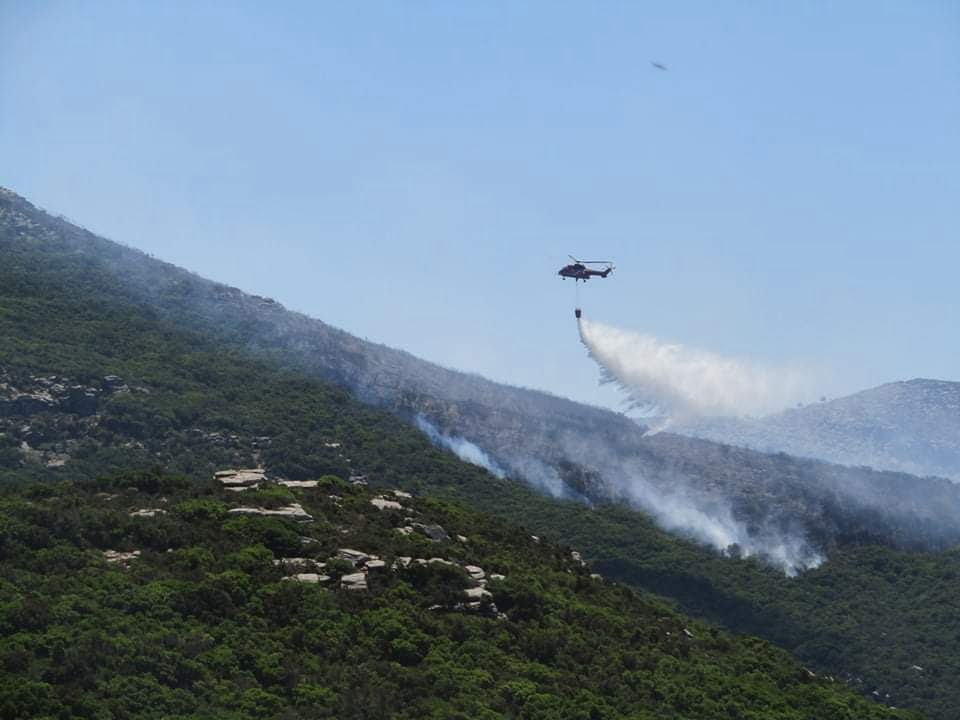 Υπό μερικό έλεγχο – Συνεχίζεται η πυρκαγιά στην Ικαρία
