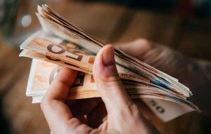 Επίδομα 800 ευρώ για τους εργαζόμενους σε γιατρούς, δικηγόρους, μηχανικούς, οικονομολόγους/λογιστές, ερευνητές, εκπαιδευτικούς - δημοσιεύθηκε η απόφαση