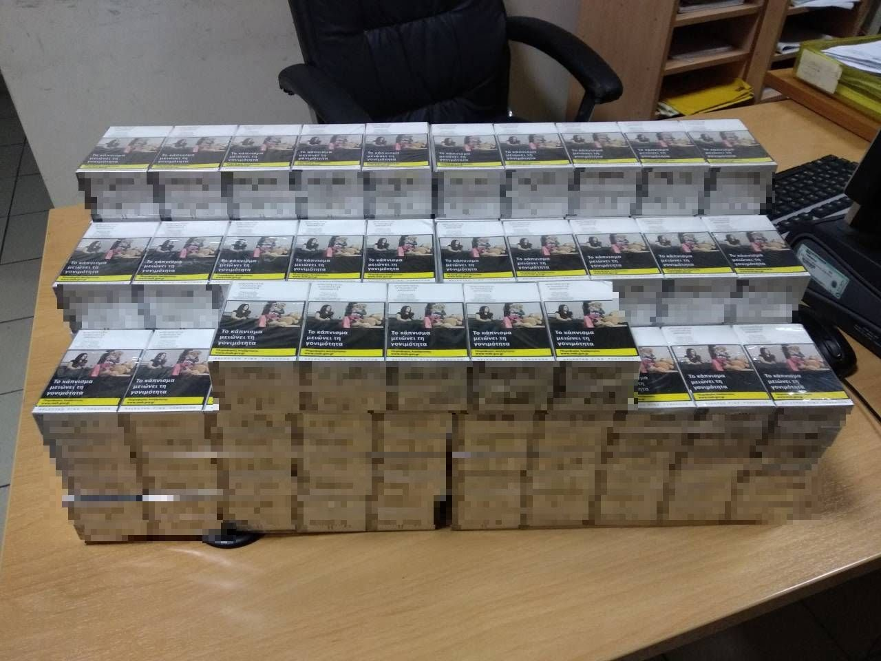Συνελήφθησαν δύο (2) αλλοδαποί. Ο ένας εξ αυτών κατείχε 250 πακέτα τσιγάρα που δεν έφεραν τις προβλεπόμενες ενδεικτικές ταινίες φόρου κατανάλωσης
