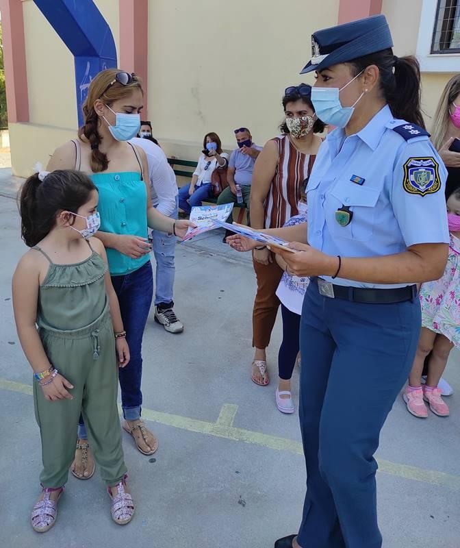 Ενημερωτικά φυλλάδια κυκλοφοριακού περιεχομένου, διένειμαν ένστολοι αστυνομικοί σε μαθητές δημοτικών σχολείων και γονείς, στα νησιά του Βορείου Αιγαίου