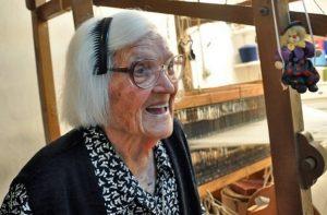 Η 106 ετών Κυρά της Ικαρίας: «Έρχονται να με δουν για να μάθουν γιατί ζω ακόμη»