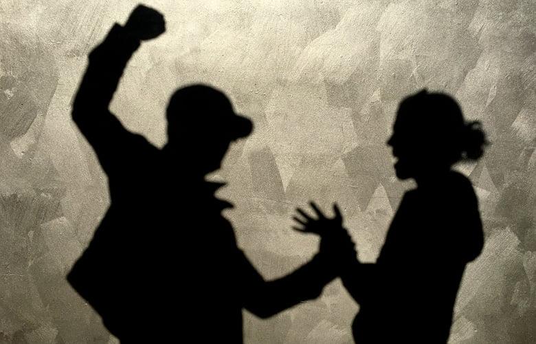ΕΛ.ΑΣ.: Οδηγίες προς τους πολίτες για την αντιμετώπιση της ενδοοικογενειακής βίας: «Μένουμε Σπίτι δεν Μένουμε Σιωπηλοί»
