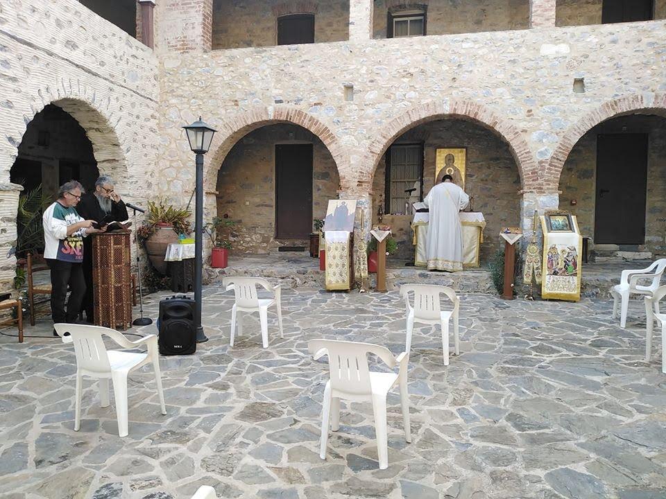 Άνοιξαν οι Eκκλησίες για τους πιστούς. Υπαίθρια η Θεία Λειτουργία στην Ι.Μ. Αγίας Ζώνης Βλαμαρής