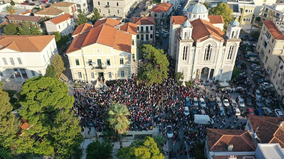Πλήθος κόσμου στην συγκέντρωση διαμαρτυρίας στην Πλατεία Δημαρχείου Ανατολικής Σάμου