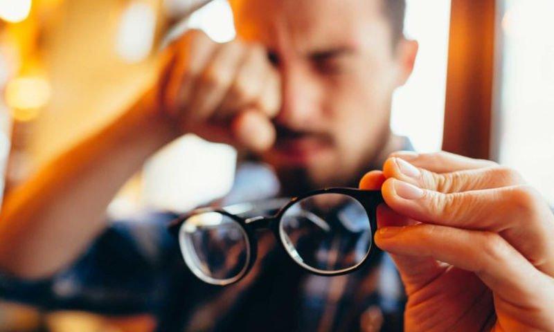 Νέα έρευνα συσχετίζει τη χρήση γυαλιών και τον κίνδυνο λοίμωξης COVID-19