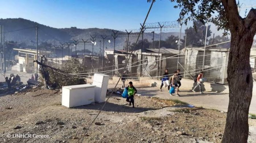 Η Ύπατη Αρμοστεία προσφέρει στήριξη καθώς μεγάλη φωτιά έχει προκαλέσει καταστροφές στο κέντρο υποδοχής στη Μόρια