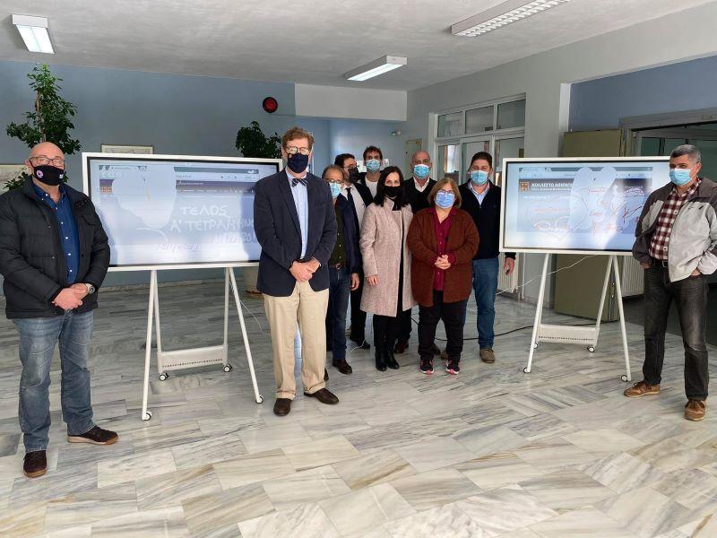 Τρεις διαδραστικοί πίνακες και τρεις υπολογιστές, δωρεά του Κολλεγίου Αθηνών στον δήμο Αν. Σάμου