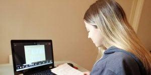 Γυμνάσια και Λύκεια: Ξεκινούν μαθήματα με τηλεκπαίδευση - Πότε θα επιστρέψουν στις τάξεις οι μαθητές